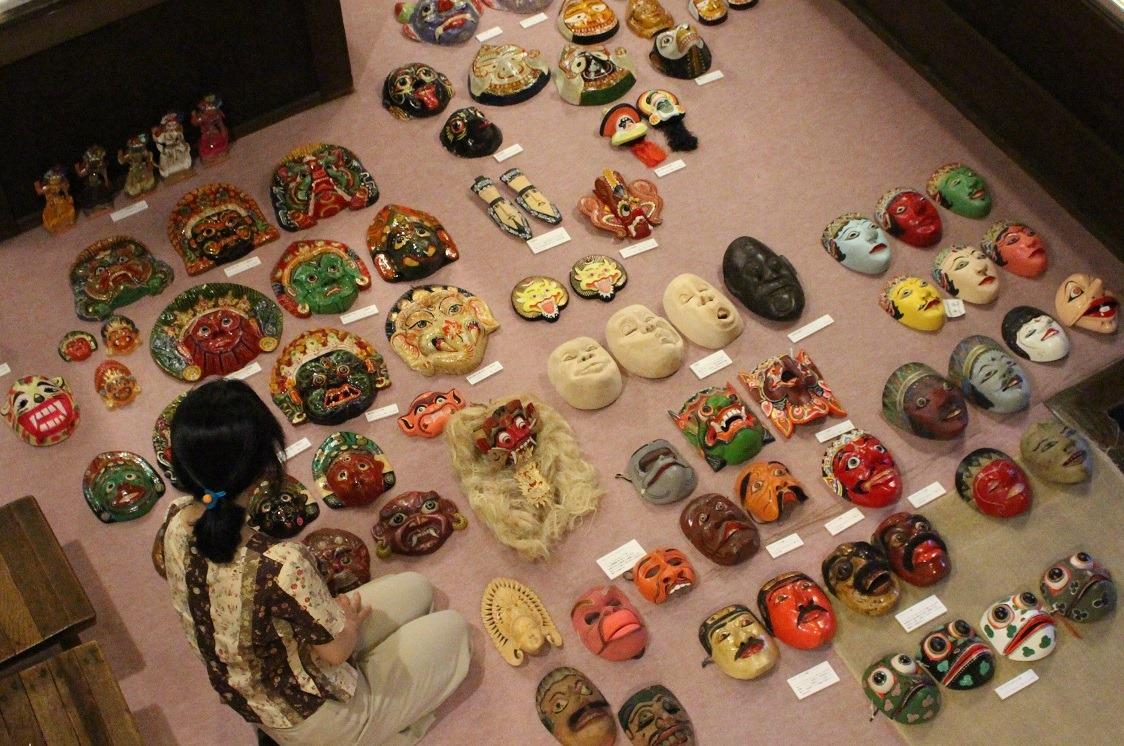 *企画展の準備中。アジアの仮面を収蔵庫から取り出し、展示する資料を決めているところです。
