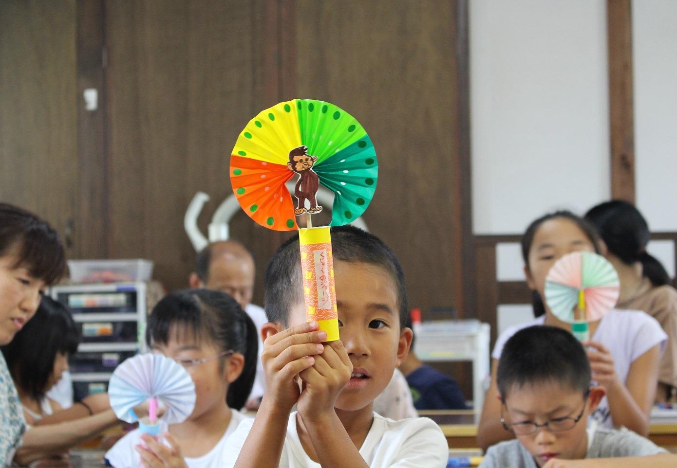 *「夏休みおもちゃ作り教室」風景。江戸時代の人気玩具「御来迎」の仕組みを応用して楽しい玩具が出来ました。