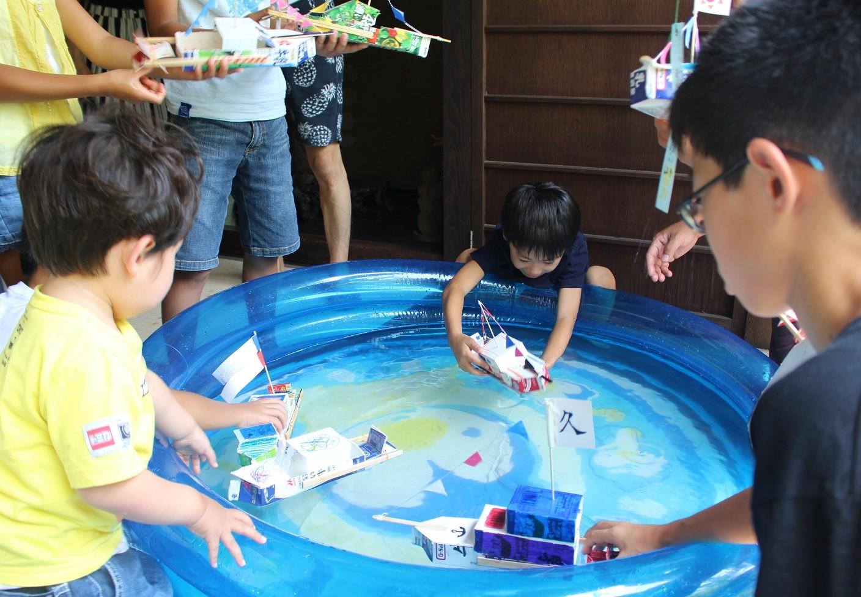 *「世界の船のおもちゃ展」に関連したワークショップ。牛乳パックを利用して外輪船を作りました。
