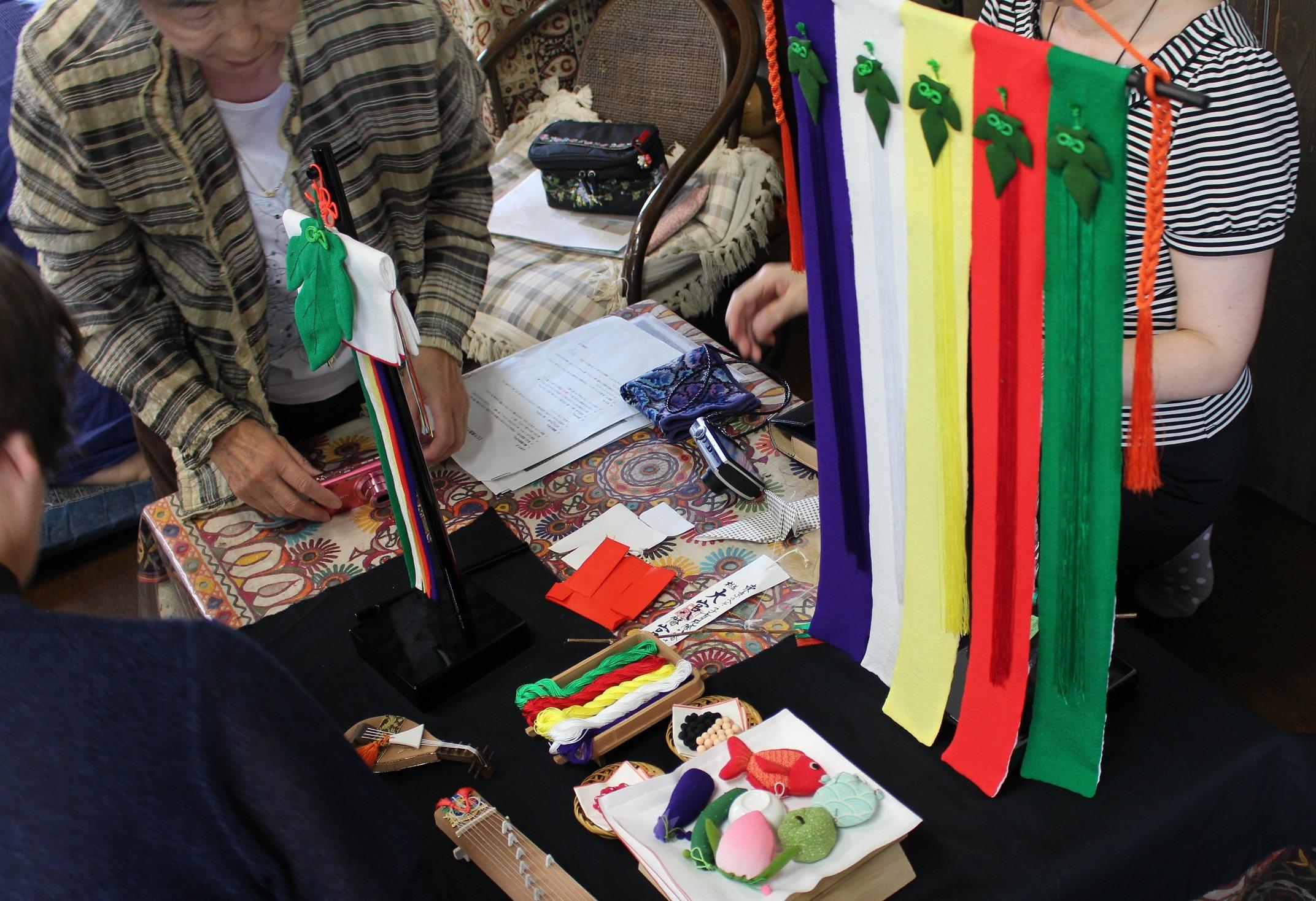*ちりめん細工研究会講座風景。七夕の乞巧奠の風習を学び、伝統的な七夕飾りを表現する作品をとりあげました。